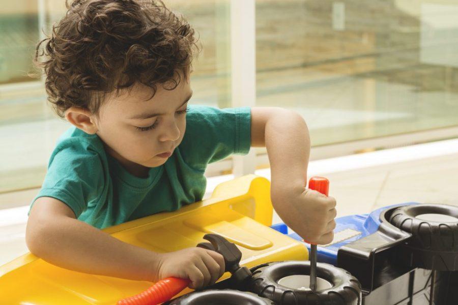 Niño jugando con herramientas y camión